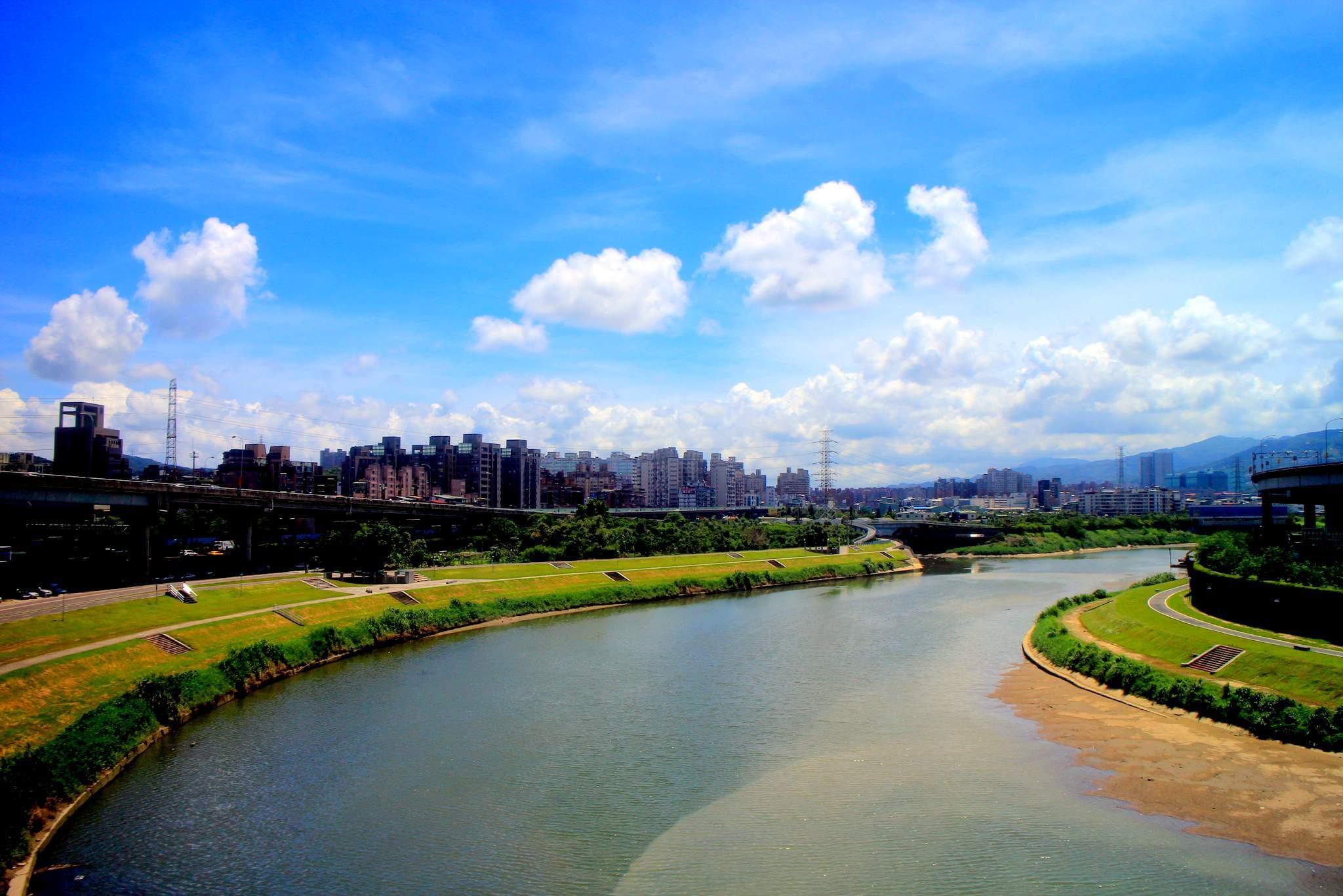 由台北捷運文湖線向東望基隆河與東湖、中山高速公路